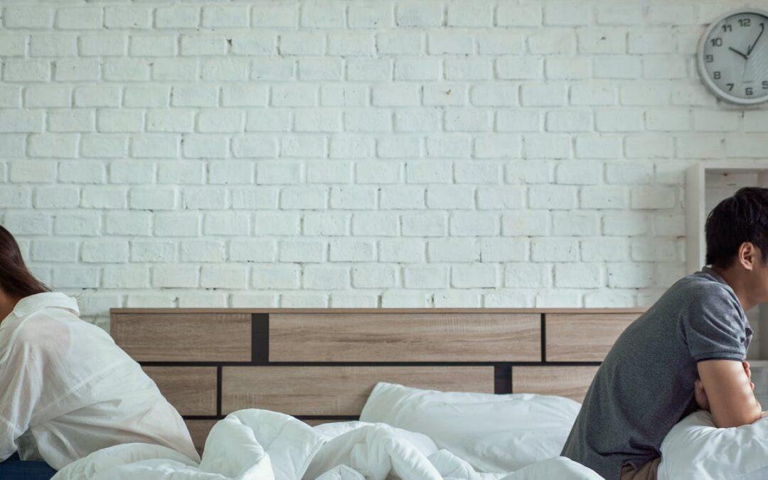 3 redenen waarom slaapproblemen ontstaan bij relatieproblemen en hoe je weer beter leert slapen
